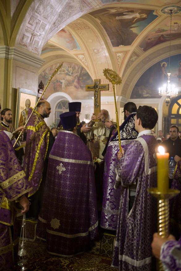 В канун престольного праздника был совершён Чин Воздвижения Креста Господня