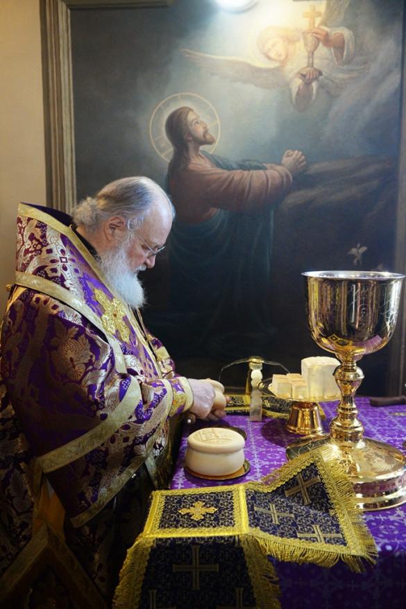 В Неделю 4-ю Великого поста Предстоятель Русской Православной Церкви совершил чин Великого освящения нашего храма и Божественную Литургию в нём