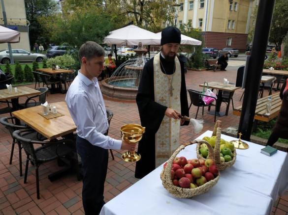 В день Преображения Господня клирик храма освятил плоды для московского хосписа